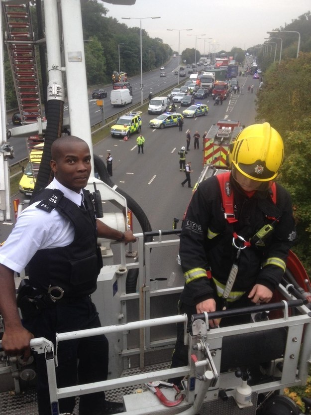 Police Praise The Bravery Of An Officer Who Risked His Life To Stop A Girl Jumping From A Bridge