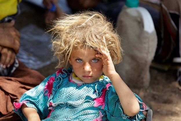The Story Behind This Haunting Photo Of A Yazidi Girl Fleeing ISIS